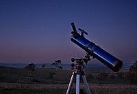 Un télescope en pleine nuit.