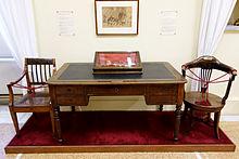 Το γραφείο και το κάθισμα του Ιωάννη Καποδίστρια όπως εκτίθενται στο Εθνικό Ιστορικό Μουσείο.