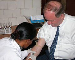 مردی در حال خون دادن برای آزمایش اچ آی وی