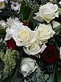 Trauerfloristik rote und weiße Rosen.JPG