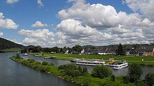Trier - Sicht über die Mosel mit Schiffen.jpg