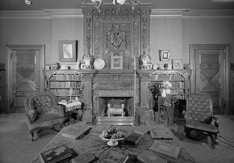 トウェインハウスの図書館、手作業でステンシルを塗ったパネル、インドの暖炉、エンボス加工の壁紙、スコットランドの手彫りのマントルピース Wikipediaより