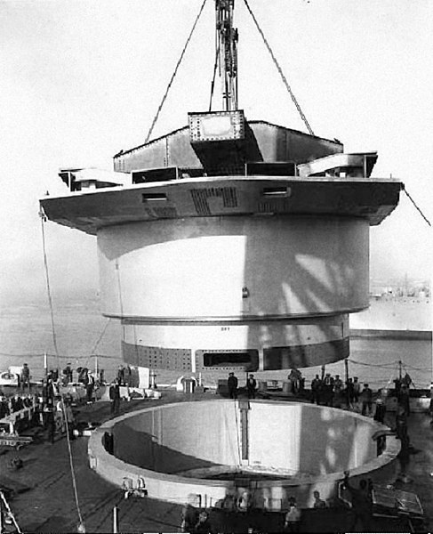 Fichier:USS Washington (BB-56) turret installation.jpg