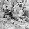 Uitstapje van jeugd uit een kibboets. Een groepje jongeren in de schaduw van een, Bestanddeelnr 255-4493.jpg