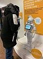 Un usager discute avec Pepper le robot à la gare de la Part-Dieu (2019).jpg