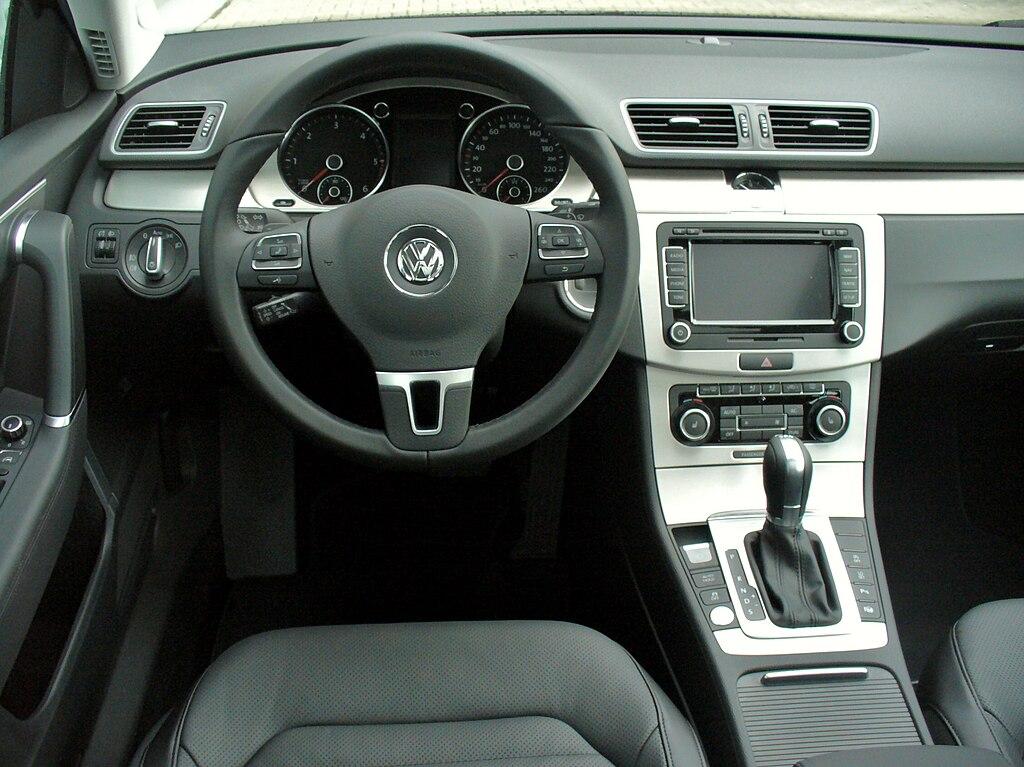 File:VW Passat Variant B7 2.0 TDI BMT DSG Highline Deep Black Interieur.JPG - Wikimedia Commons