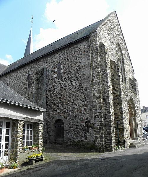 Extérieur de l'église Saint-Laurent de Vaiges (53). Costale nord de la nef et façade occidentale.