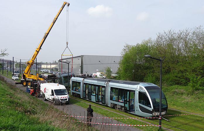 Valenciennes & Anzin - Déraillement de la rame de tramway n° 17 à la sortie du dépôt de Saint-Waast le 11 avril 2014 (013).JPG