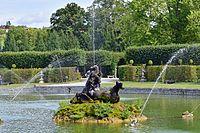 Veitshöchheim - Hofgarten - Figur am großen See.jpg
