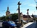 Vršovické náměstí, sloupy, kostel a fara (01).jpg