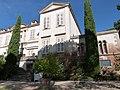 Vue partielle de la façade du château de Saurs.jpg