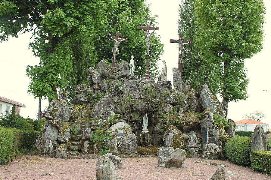 Grotte de Lourdes sous le grand calvaire, Fr-49-La Tourlandry.
