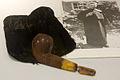 WLANL - 23dingenvoormusea - pijp en tabakszak van Titus Brandsma.jpg