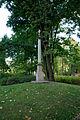 Warszawa - park wilanowski - kolumna z krzyżem maltańskim - ZJ002.jpg