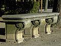 Wien - Sitzbank im Schönbrunner Schlosspark.jpg