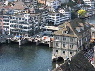 Rathausbrücke, Zürich - Rathausbrücke and Weinplatz to the left, and Rathaus Zürich in the foreground, as well as Schipfe, as seen from Grossmünster's Karlsturm
