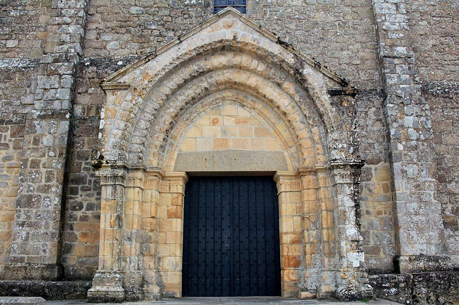 Église Notre-Dame-de-Joie de Merlevenez, France. Porte principale donnant sur la nef.