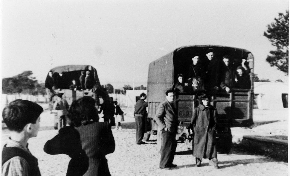 החבורה - איטליה - במשאית של הצבא הבריטי למחנות ההעפלה-146066