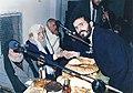 הרב רפאל כדיר צבאן לוחץ יד לרב נתן בוקובזה. משמאל - הרב סאסי כהן רב היישוב ברכיה.jpg