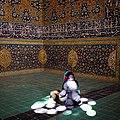 بانویی در حال دعا در مسجد شیخ لطف الله.jpg