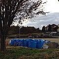 児童が現在も通っている小学校の隅に置かれた、学校を除染して出た土嚢。 (10920817244).jpg