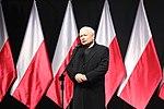01 Jarosław Kaczyński przemawia podczas odsłonięcia pomnika Lecha Kaczyńskiego.jpg