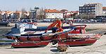 2013. Embarcacións en Cambados co mercadillo ó fondo. Galicia (Spain).jpg