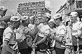 51ste Tour de France 1964 Televizierploeg bij de fourage uitdelen van eten, Bestanddeelnr 916-5796.jpg