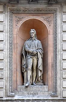 Photo d'une statue en pied intégrée dans un bâtiment