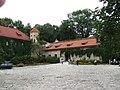 A-609 M zespół zamkowy, zamek, oficyna z bramą i basztą, fortyfikacje bastionowe, ogród kwaterowy, park Pieskowa Skała 3.JPG
