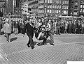 Aalsmeer bloemencorso en stadionspel Maskerade, kranslegging bij de veteranen , Bestanddeelnr 910-6548.jpg