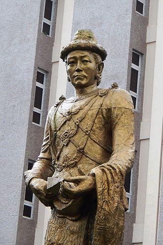 Alaungpaya - Statue of King Alaungpaya in front of the National Museum of Myanmar in Yangon