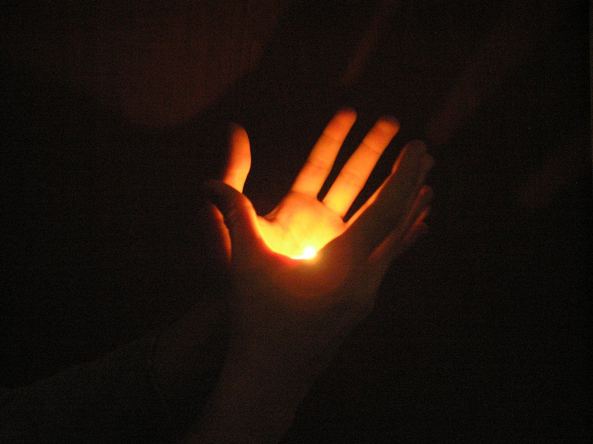 1200px-Amateur_flame-in-hand_illusion_with_hidden_tealight_candle.jpg