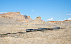 Le California Zephyr devant les Book Cliffs (en) (Utah).
