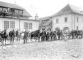 Anpassen der Pferdegeschirre im Zeughaus Lyss - CH-BAR - 3238460.tif