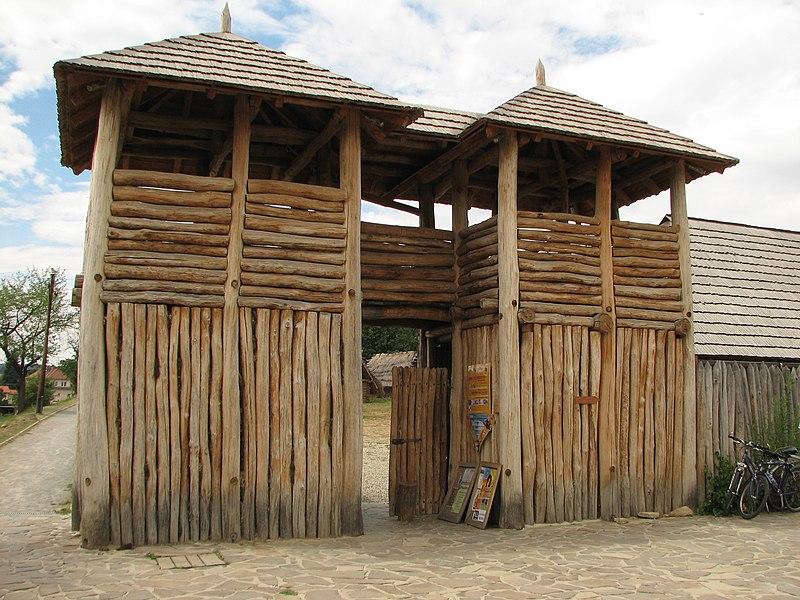 File:Archeoskanzen Modrá.jpg