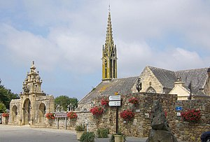Argol, Finistère - Town square and parish church