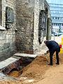 Aushub per Bagger 1m Alter St. Nikolai-Friedhof Nikolaikapelle Hannover, 30f Stadtbaurat Baudezernent Uwe Bodemann schaufelt nach der Rede von Hanna Kreisel-Liebermann Sand auf die Kiste mit den Gebeinen.jpg