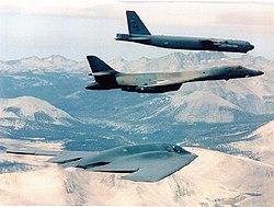 De bas en haut: Le B-2 conçu dans les années 1980, B-1B conçu dans les années 1970 et B-52 conçu dans les années 1950, les 3 générations de bombardiers stratégiques en service dans l'USAF dans les années 2000