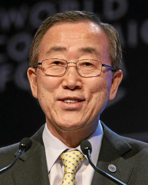 English: Ban Ki-moon 日本語: 潘基文