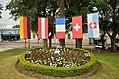 Banderas en la plaza de los fundadores de la Colonia Suiza.JPG