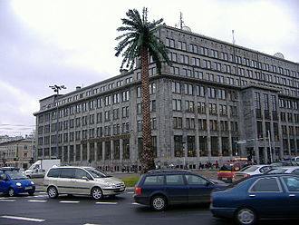 Jerusalem Avenue - An artificial palm tree by Joanna Rajkowska in front of the modernist BGK bank