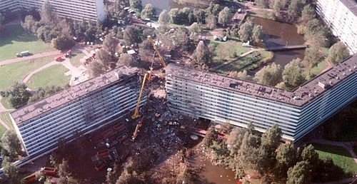 The crash site of El Al Flight 1862 in 1992. Bijlmerramp2 without link.jpg