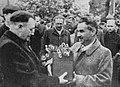 Bolesław Bierut wręczający urnę z sercem Fryderyka Chopina Stanisławowi Tołwińskiemu 1945.jpg