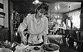 Bundesarchiv B 145 Bild-F079033-0029, Friedland, Kellnerin beim Auftun von Speisen.jpg