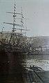 Buque 'Tijuca' de la Compañía Argentina de Pesca, en Puerto Grytviken (Isla San Pedro, Georgias del Sur), siendo cargado; notese el sistema decauville de vagonetas en el muelle de atraque, empujadas por fuerza humana (Foto AGN).jpg