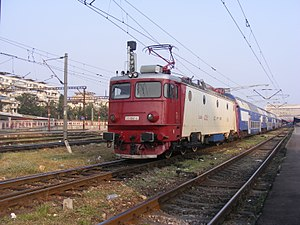 CFR Class EA - CFR Class 41-0587 reversing in Gara de Nord, with the new livery