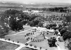 Maimun Palace - Image: COLLECTIE TROPENMUSEUM Luchtfoto van het Istana Maimun het paleis van de sultan van Deli T Mnr 10015274