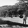 COLLECTIE TROPENMUSEUM Masai krijgers tijdens een afweeroefening met het schild TMnr 20014329.jpg