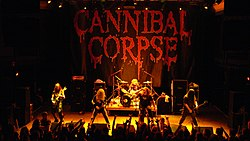 "Cannibal Corpse esiintymässä vuonna 2007 Vasemmalta oikealle: Rob Barrett, Alex Webster, Paul Mazurkiewicz, George ""Corpsegrinder"" Fisher ja Pat O'Brien"